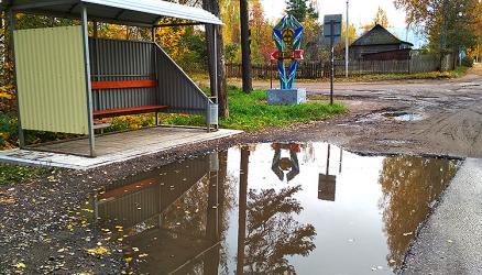 Жители Окуловки жалуются на лужи перед автобусными остановками