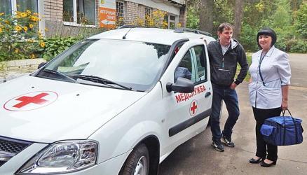 Окуловская районная больница получила новый санитарный транспорт